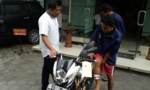Kasatreskrim Polresta Solo Kompol Agus Puryadi (kiri) memintai keterangan tersangka pencuri motor di Mapolresta Solo, Senin (10/4/2017). (Muhammad Ismail/JIBI/Solopos)