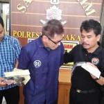 Anggota Satreskrim Polresta Solo memintai keterangan pelaku penipuan dokumen kepemilikan KTA Interpol di Mapolresta Solo, Senin (17/4/2017). (Muhammad Ismail/JIBI/Solopos)