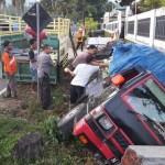 KECELAKAAN KARANGANYAR : Mobil Pengangkut Sayuran Terperosok Ke Parit di Karangpandan