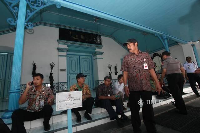 Wali Kota Solo F.X. Hadi Rudyatmo (berdiri) saat menunggu pintu Keraton Solo dibuka untuk meninjau persiapan tingalan jumenengan PB XIII, Rabu (19/4/2017). (M. Ferri Setiawan/JIBI/Solopos)