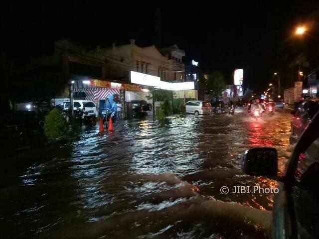 Banjir menggenangi jalan di Solo Baru mulai dari Jembatan Bacem sampai Bundaran Patung Pandawa, Minggu (23/4/2017) malam. (Tika Sekar Arum/JIBI/Solopos)