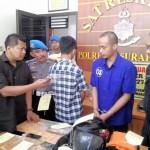 Satreskrim Polresta Solo Kompol Agus Puryadi (kiri) memintai keterangan pelaku penganiayaan di Mapolresta Solo, Selasa (25/4/2017). (Muhammad Ismail/JIBI/Solopos)
