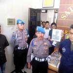 Polresta Solo menunjukkan pelaku pemalsuan dokumen, Munisera Zakaria, 54 (tengah), warga Cilandak Barat, Cilandak, Jakarta Selatan, Jakarta, Selasa (25/4/2017). (Muhammad Ismail/JIBI/Solopos)