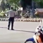 Aksi Wakapolresta Solo menyeberangkan ratusan bebek di jalan raya (Youtube)