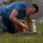 Pria Ini Habiskan Sehari Tiap Pekan untuk Bersihkan Batu Nisan