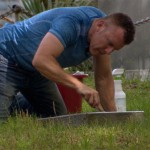 Andrew Lumish membersihkan batu nisan veteran perang (Istimewa/Facebook/The Good Cemeterian)
