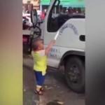 Bocah lima tahun ancam sopir truk dengan pisau. (Istimewa/Youtube)