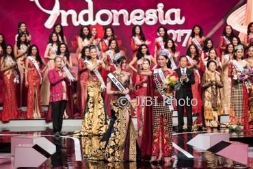 Bunga Jelita Ibrani (kanan) didampingi Miss Universe 2016 Iris Mittenaere (kiri) (JIBI/Solopos/Antara/M Agung Rajasa)