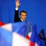 Emmanuel Macron, kandidat Pilpres Prancis 2017, melambaikan tangan ke pendukungnya di Paris, Minggu (23/4/2017), setelah unggul di putaran pertama. (JIBI/Solopos/Reuters/Philippe Wojazer)