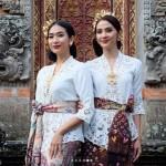 Dandan Ala Bali, Maudy Koesnaedi & Happy Salma Bak Pinang Dibelah Dua
