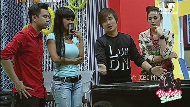 Julia Perez (kedua kiri) diramal Denny Darko dan istrinya (Youtube)