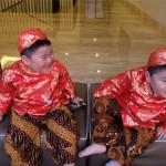 Kenneth dan Kenzo memperingati Hari Kartini. (Istimewa/Instagram/meisketenjune )