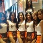 Pelayan seksi di restoran Hooters Jakarta (Instagram @hootersasiajakarta)