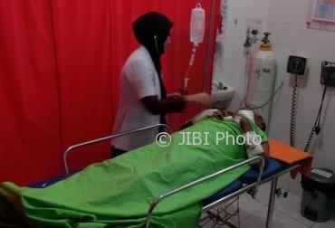 Dokter jaga mengecek kondisi korban penganiayaan menggunakan benda tajam di UGD RS PKU Muhammadiyah Karanganyar, Sabtu (1/4/2017) sore. (Sri Sumi Handayani/JIBI/Solopos)