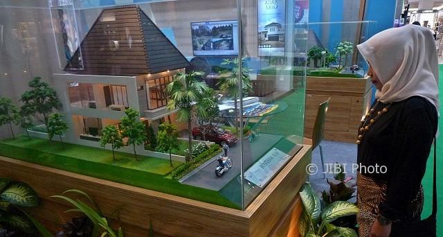 Pengunjung mengamati miniatur rumah pada pameran perumahan REI Expo di Semarang, Jateng, Selasa (25/4/2017). (JIBI/Solopos/Antara/R. Rekotomo)