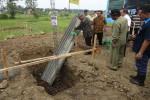 Penjabat Bupati Kulonprogo, Budi Antono melakukan peletakan batu pertama di lahan relokasi wilayah Desa Janten, Kecamatan Temon, Kulonprogo, Rabu (19/4/2017). (Rima Sekarani I.N./JIBI/Harian Jogja)
