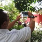 Seorang petugas dari PT Angkasa Pura I memotret rumah milik warga yang sebelumnya menyatakan menolak pembangunan bandara di Dusun Sidorejo, Desa Glagah, Kecamatan Temon, Kulonprogo, Selasa (4/4/2017).(Rima Sekarani I.N./JIBI/Harian Jogja)