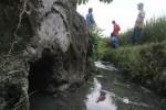 Warga RT 2 Dusun Banyakan II Desa Srimulyo, Piyungan menambal semua lubang pembuangan saluran limbah pabrik penyamakan kulit di kawasan Dusun Banyakan II Desa Srimulyo. (Arief Junianto/JIBI/Harian Jogja)