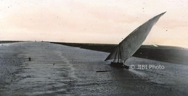 Foto dokumentasi Terusan Suez pada 1900-an. (Wikimedia.org)