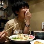 Pelanggan menyantap ramen serangga di Jepang (Kim Kyung Hoon/JIBI/Reuters)