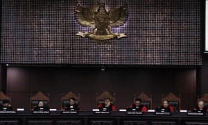 Ketua Majelis Hakim Konstitusi Arief Hidayat (tengah) bersama anggota majelis hakim Manahan M. P. Sitompul (kiri), Farida Indrati (kedua dari kiri), Anwar Usman (ketiga dari kiri), I Dewa Gede Palguna (ketiga dari kanan), Suhartoyo (kedua dari kanan), dan Wahiduddin Adams (kanan) tampil dalam sidang pembacaan putusan untuk 10 perkara sengketa Pilkada 2017 di Gedung MK, Jakarta, Rabu (26/4/2017). (JIBI/Solopos/Antara/Reno Esnir)