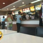 Wanita gunakan handuk dan piama di McDonalds (Facebook Val Bernal)