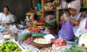 Pedagang sayuran di Pasar Demangan Sumiyem (kanan) menjajakan dagangannya, Senin (16/4/2017). Saat ini, harga komoditas yang dirasa mengalami kenaikan paling tinggi adalah bawang putih. (Bernadheta Dian Saraswati/JIBI/Harian Jogja)