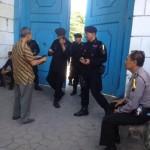 Polisi memeriksa setiap abdi dalem yang akan masuk Keraton Solo, Sabtu (15/4/2017). (Soenaryo HB/JIBI/Solopos)