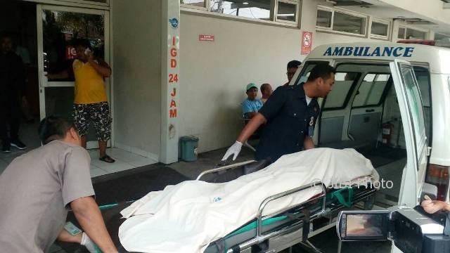 Salah seorang pekerja bangunan yang meninggal dunia akibat kecelakaan kerja dalm proyek pembangunan Harris & Pop! Hotel, Laweyan, Solo, dibawa ke RS Panti Waluya Solo, Jumat (21/4/2017). (Muhammad Ismail/JIBI/Solopos)