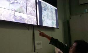 Petugas pemantau CCTV sedang memantau CCTV yang dipasang di beberaa titik di kawasan Malioboro. (Ujang Hasanudin/JIBI/Harian Jogja)