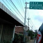 Plang penunjuk jalan di Kudus yang menunjukkan jalan menuju Desa Jepang Pakis di Kecamatan Jati, Kabupaten Kudus, Jateng. (Facebook.com-Yudha Deka)