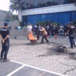 SIMULASI KEBAKARAN : Karyawan Solopos Belajar Teknik Melumpuhkan Api