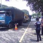 Petugas Dinas Perhubungan (Dishub) Solo memeriksa tonase kendaraan menggunakan axle load meter portabel dalam pemeriksaan yang dilakukan di Jl. Ir. Sutami tepatnya di depan Taman Satwa Taru Jurug (TSTJ), Rabu (5/4/2017). (Ivan Andimuhtarom/JIBI/Solopos)