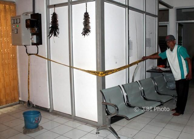 Seorang tukang kebun, Mbah Geger, menunjukkan kondisi dinding ruang yang jebol di dalam eks-Kantor Pengelolaan PBB Kabupaten Sragen, Kamis (4/5/2017). (Tri Rahayu/JIBI/Solopos)
