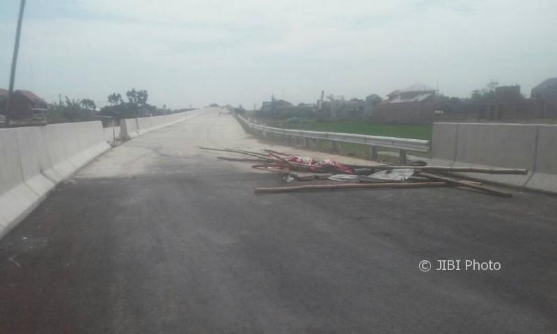 Blokade tol Solo-Kertosono di perbatasan pintu masuk Klodran, Sawahan, Ngemplak, dibongkar orang yang belum diketahui identitasnya. Foto diambil Senin (8/5/2017). (Istimewa)