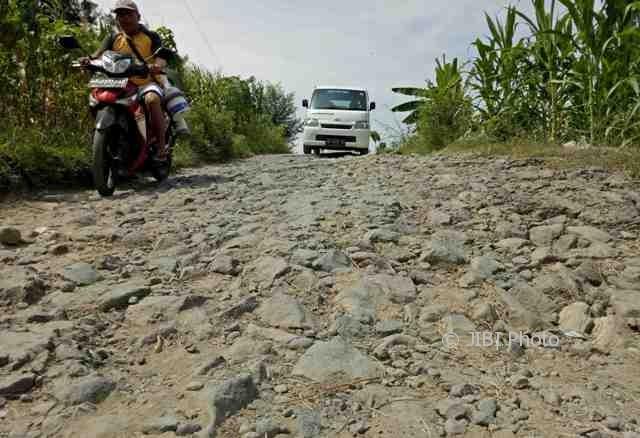 Pengguna jalan melewati jalur penghubung Desa Gilirejo Baru, Kecamatan Miri, Sragen, yang rusak parah, Selasa (16/5/2017). (Moh. Khodiq Duhri/JIBI/Solopos)