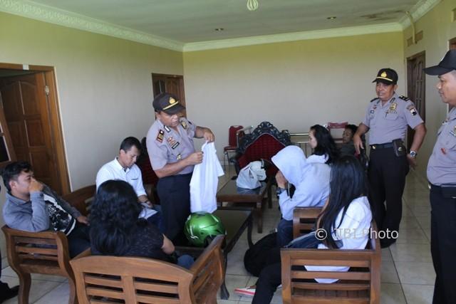 Polisi Mengumpulkan Pasangan Tak Resmi Yang Terjaring Operasi Penyakit Masyarakat Dari Salah Satu Hotel Di Wilayah