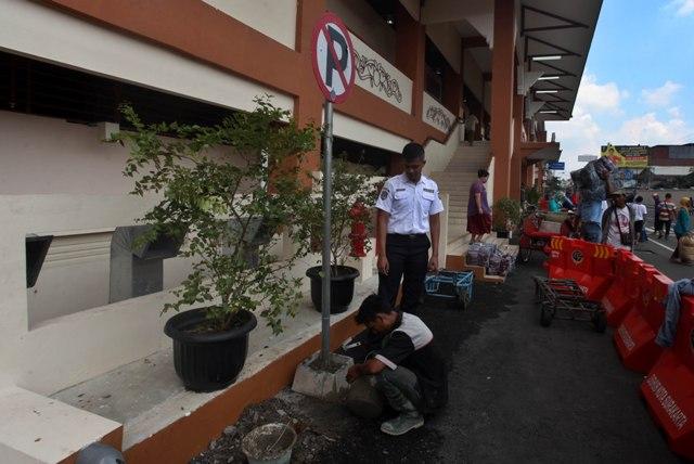 Pekerja Dishub Solo memasang rambu larangan parkir di Pasar Rakyat Klewer Solo, Kamis (4/5/2017). (JIBI/Solopos/M. Ferry Setiawan)