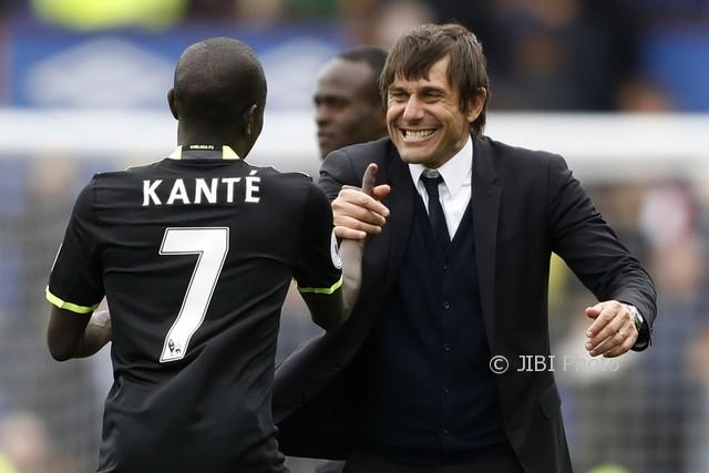 Pelatih Antonio Conte dan N'Golo Kante merayakan kemenangan Chelsea atas Everton, di Goodison Park, Minggu (30/4/17). (JIBI/Reuters/Carl Recine)