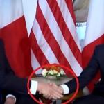 Adegan canggung saat Trump berjabat tangan dengan Macron. (Istimewa/Youtube/Bloomberg)