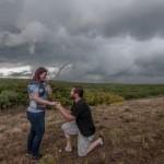 KISAH UNIK : Pria Ini Nekat Lamar Kekasih di Tengah Badai