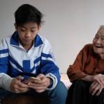 Cicit Le Thi kerap menjadi penolong saat sang buyut menemukan masalah di Internet. (Channel News Asia)