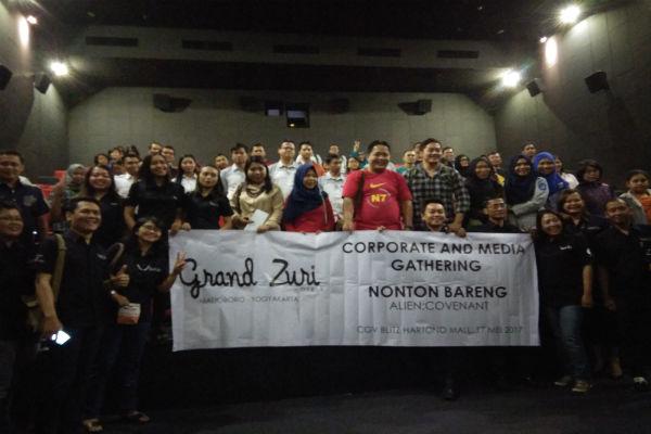 Klien dan rekan media seusai acara nonton bareng bertajuk Movie Time yang diselenggarakan Grand Zuri Hotel Malioboro Yogyakarta di CGV Blitz Hartono Mall, Kamis (18/5/2017). (Holy Kartika N.S/JIBI/Harian Jogja)