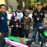 Kapolsek Banjarsari (kiri) bersama dua bocah tersangka pencurian saat gelar perkara di Mapolsek Banjarsari, Kamis (11/5/2017) siang. (Irawan Sapto Adhi/JIBI/Solopos)