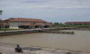 Seorang warga memanfaatkan Pelabuhan Tanjung Adikarto di Karangwuni, Wates, Kulonprogo sebagai tempat memancing kepiting, Senin (3/4/2017). (Rima Sekarani I.N./JIBI/Harian Jogja)