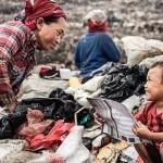 Seorang anak menemani ibunya mengais sampah (Alexandre Sattler/Dailymail.co.uk)