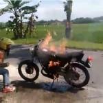 VIDEO UNIK : Niat Pawai Kelulusan, Bocah Ini Malah Harus Padamkan Api di Motornya