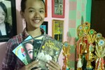 Shava berfoto dengan menunjukkan film-film yang dibintanginya.