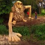 Teddy Friendly, salah satu patung raksasa buatan Thomas Dambo yang disembunyikan di dalam hutan (thomasdambo.com)