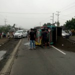 KECELAKAAN KARANGANYAR : Ditabrak Ertiga, Truk Pasir Terguling di Jl. Solo-Sragen